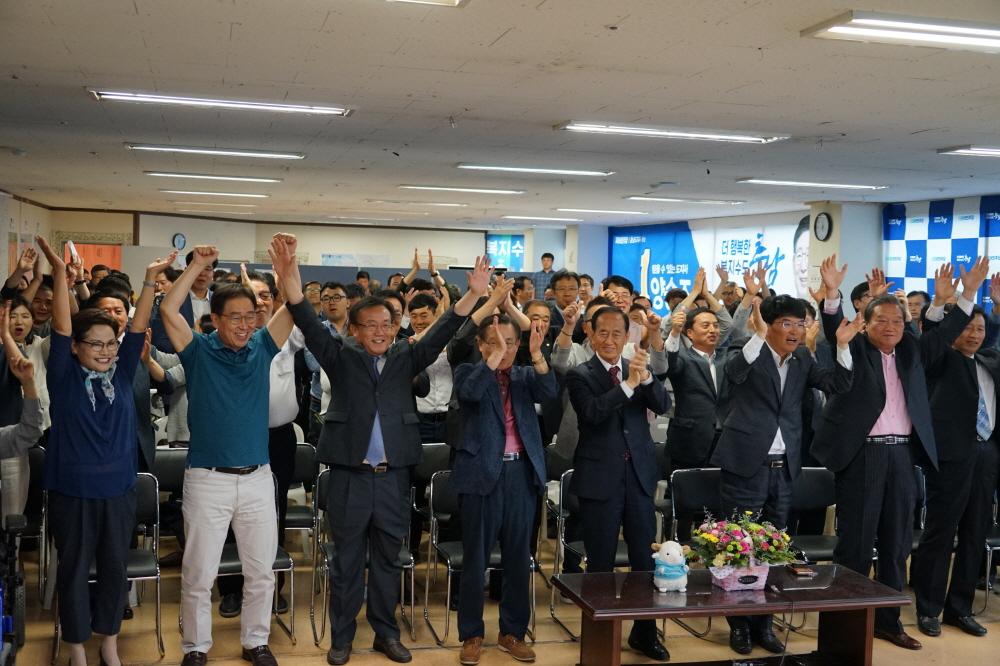 충남도지사 출구조사 결과 더불어민주당 양승조 후보가 출구조사에서 63.7%로 2위 자유한국당 이인제 후보 34.6%를 크게 앞서자 지지자들이 환호하고 있다.