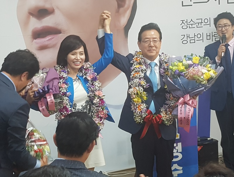 당선 유력이 나오자 더불어민주당 정순균 강남구청장이(가운데) 아내와 함께 승리의 기쁨을 만끽하고 있다.