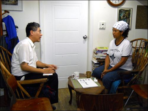 지난 2011년 기자와 '뿌리의집'에서 인터뷰 중인 김수자씨(우측)