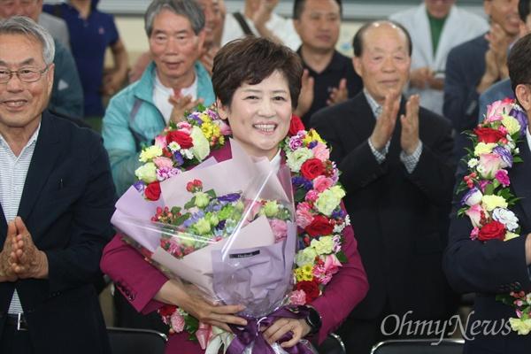대구시교육감으로 당선된 강은희 후보가 꽃다발을 받고 기뻐하고 있다.