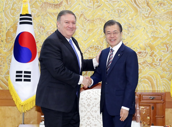 문 대통령, 폼페이오 미 국무장관 접견 문재인 대통령이 14일 오전 청와대에서 마이크 폼페이오 미국 국무장관을 만나 인사를 나누고 있다.