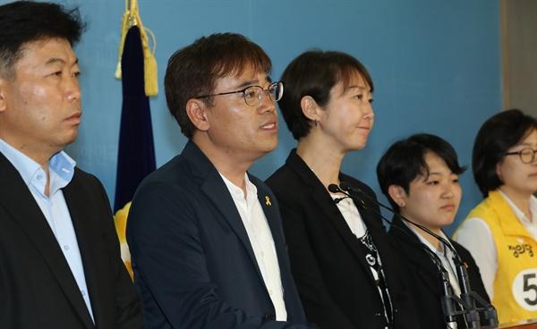 정의당 김종민 서울시장 후보(왼쪽 두번째)가 14일 오전 국회 정론관에서 지방선거 관련 기자회견을 열고 지지자들에게 감사의 인사를 하고 있다.