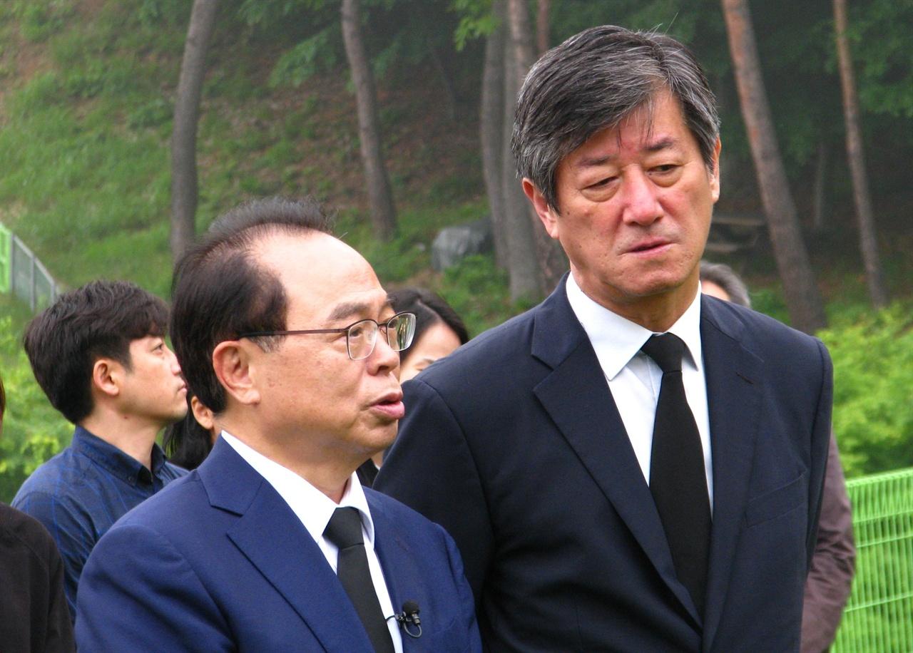 지난 5월 18일 고 김지석 부집행위원장 1주기 추도행사를 찾은 민주당 오거돈 후보가 이용관 이사장과 대화를 나누고 있다.