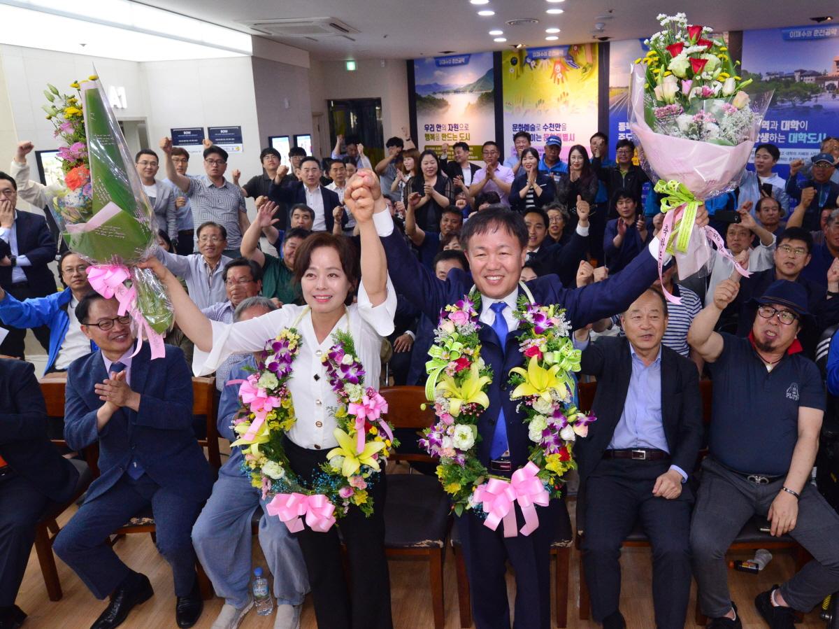 선거수무소에서 개표방송을 지켜보던 이재수 당선자와 부인, 그리고 지지자들은 6월14일 01시 경 당선 확실이 발표되자 환호하며 꽃다발을 목에 걸었다