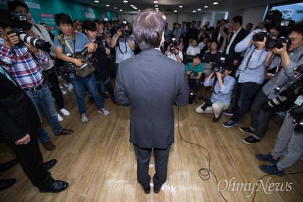 바른미래당 안철수 서울시장 후보가 14일 오전 서울 종로구 안 후보 선거 사무실에서 지방선거 캠프해단식에 참석해 발언을 하고 있다.