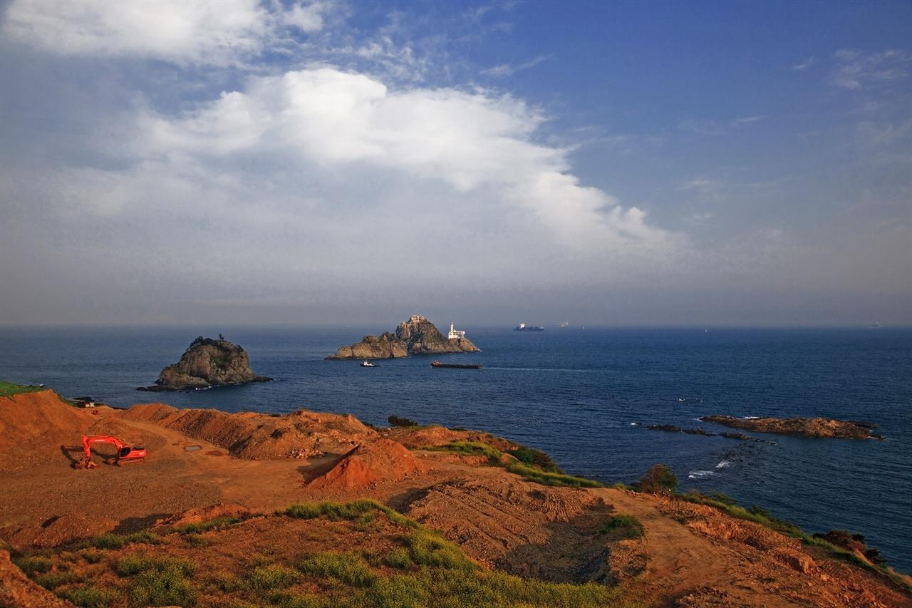 짙푸른 바다에 인공적인 아름다움을 더하고 있는 부산.