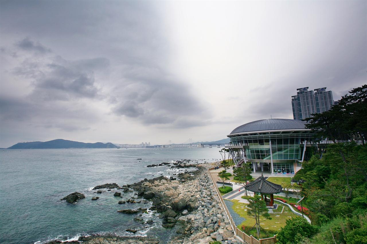 부산 영도 바다 인근에 자리한 국립해양박물관.