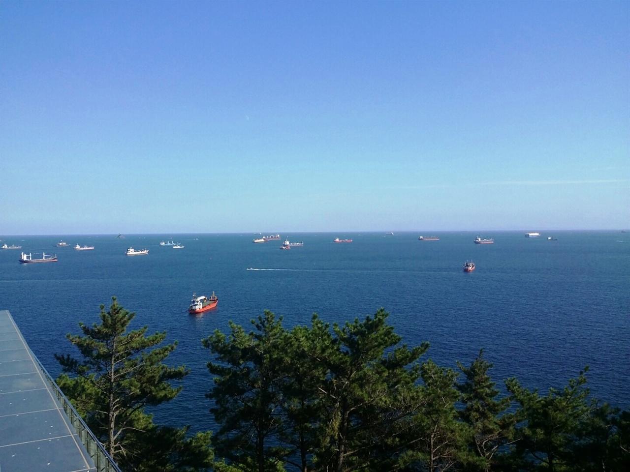 푸른 바다에 떠있는 배들. 송도해수욕장 풍경은 한 폭의 그림 같다.