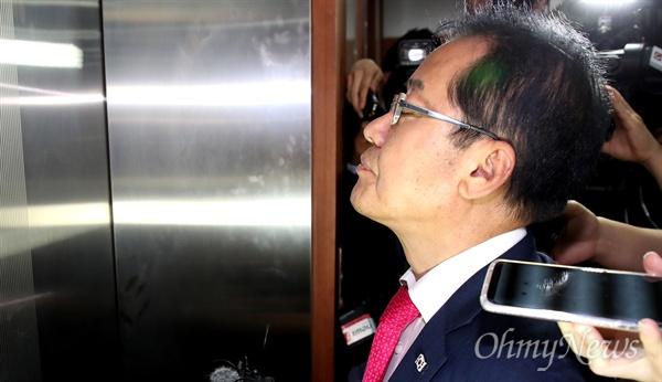 두 눈 감은 홍준표 홍준표 자유한국당 대표가 14일 오후 여의도 당사에서 대표직 사퇴 의사를 밝힌 뒤 승강기를 기다리며 눈을 감고 있다.