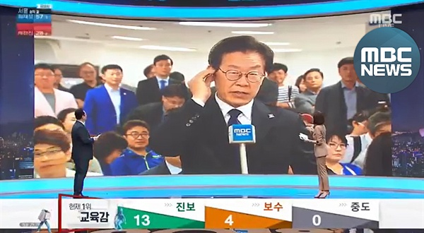 이재명 경기도지사 당선자가 MBC 인터뷰 도중 '인이어'를 빼는 장면.
