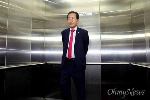 퇴장하는 홍준표 홍준표 자유한국당 대표가 14일 오후 서울 여의도 당사에서 열린 최고위원회의에서 6.13 지방선거 참패 결과에 대해 대표직 사퇴를 공식 발표한 뒤 밖으로 나와 엘리베이터에 올라 있다.