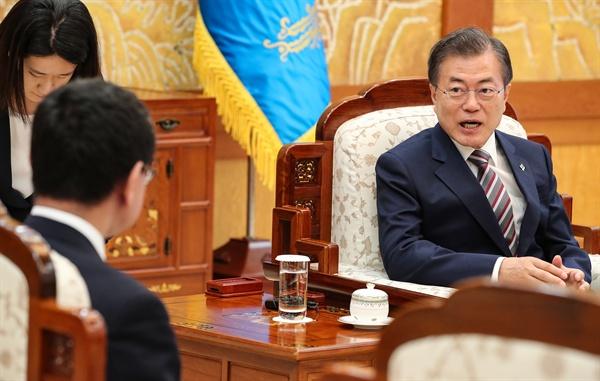 문재인 대통령이 14일 오후 청와대에서 방한 중인 고노 다로 일본 외무상과 대화하고 있다.