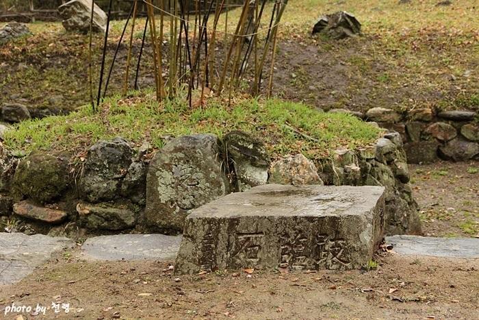 기임석 기임석은 걸터앉아 쉴 수 있는 돌이라는 의미로, 연못의 경관을 보는 좌선석으로 볼 수 있다.