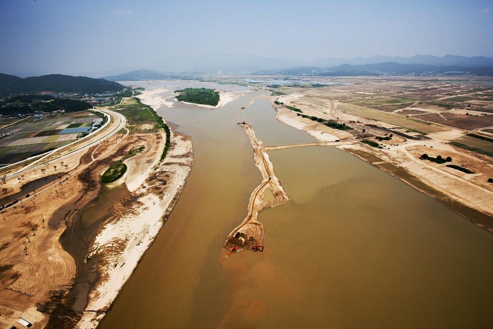자연에 대한 강간과 같은 삽질이 난무하던 4대강 막개발 당시의 해평습지의 모습. 낙동강 최대 철새도래지의 모습은 온데간데없이 사라졌다