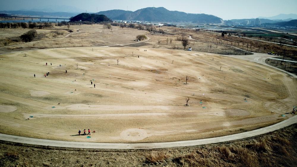 천혜의 습지 자원이 될 고아습지에 드넓게 자리잡은 골프장. 이런 곳에게까지 인간이 침범해들어가는 것은 막아야 하지 않을까.