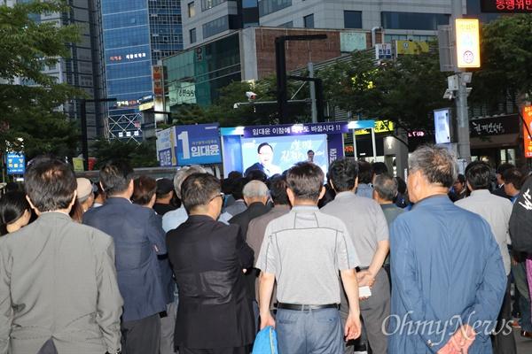 지난 12일 대구시 중구 동성로 중앙파출소 앞에서 열린 임대윤 민주당 후보의 유세에 시민들이 몰려 있다.
