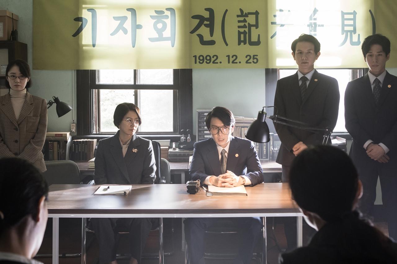 문정숙과 변호인단은 일본정부를 상대로 한 소송을 앞두고 기자회견을 연다.