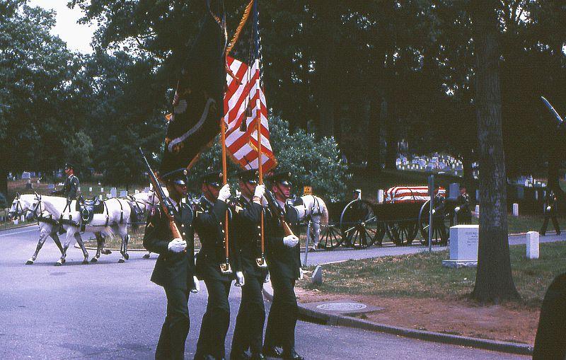 알링턴 국립묘지를 향하는 장례 행렬. 1967년 사진.