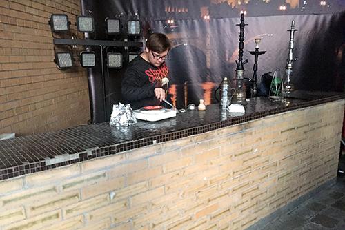 식당 한 켠에서 물 담배를 판매하고 있는 직원