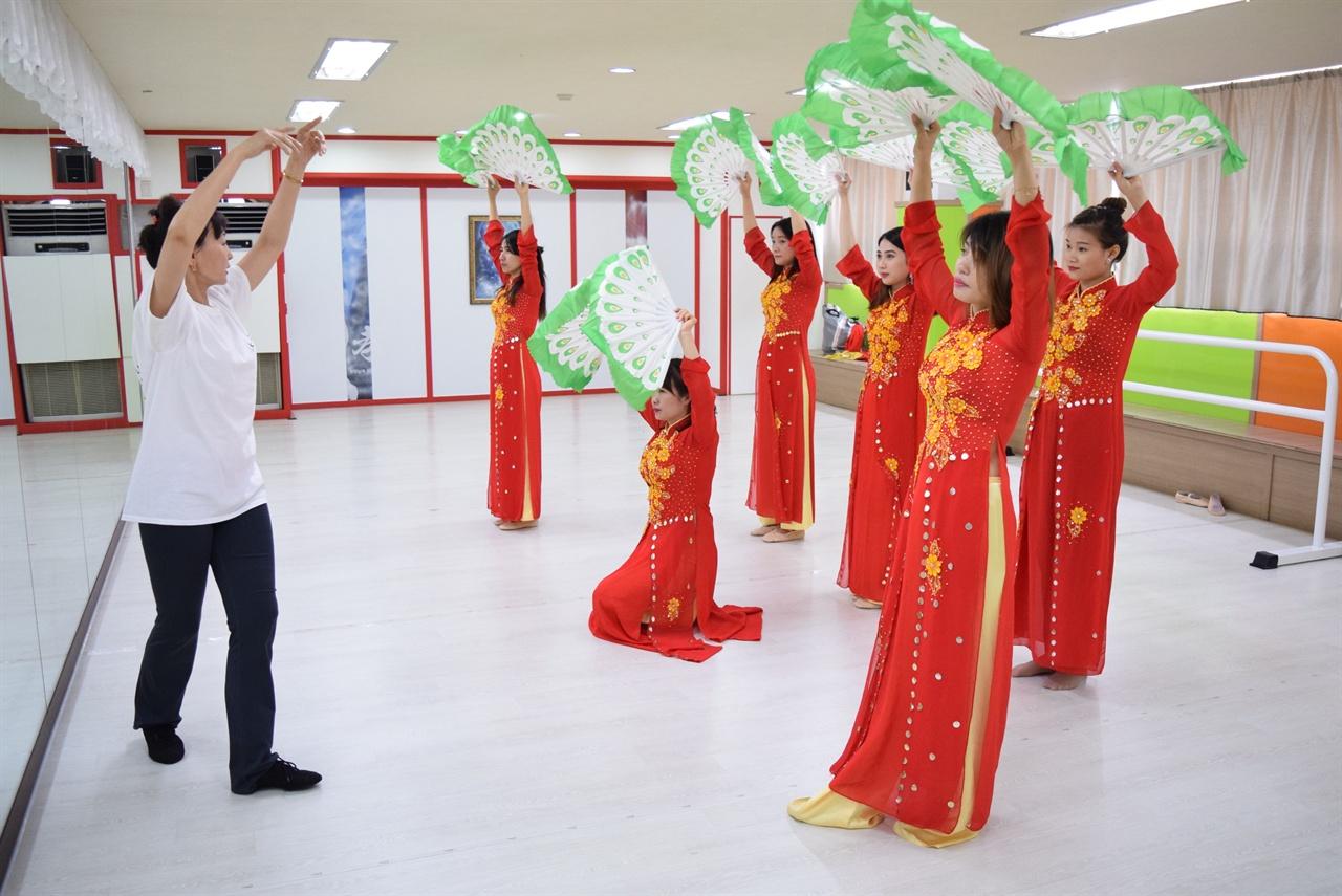 베트남 전통춤을 지도하는 어트마씨