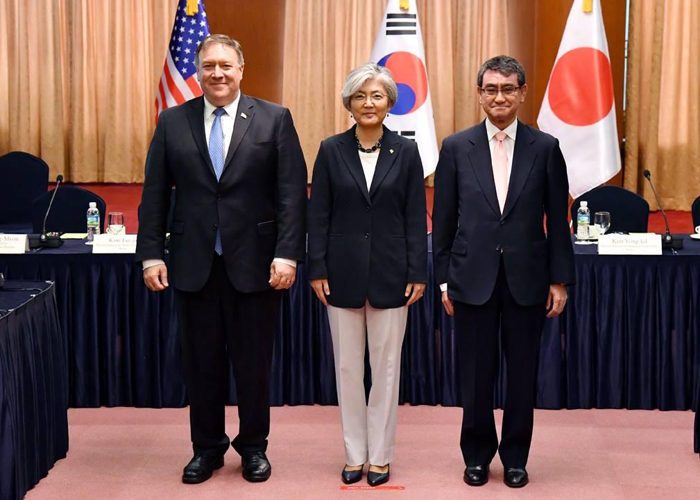 """한미일외교장관회담 14일 서울에서 한미일 외교장관회담이 열렸다. 이 자리에서 한미일은 북미정상회담의 내용을 공유하고 """"김정은 국무위원장의 완전한 비핵화의지를 재확인 한다""""는 공동입장을 냈다."""
