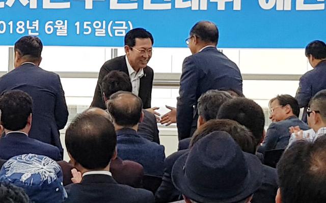 박남춘 당선인이 선대위 해단식 참석자들과 악수를 하고 있다. ⓒ 인천뉴스