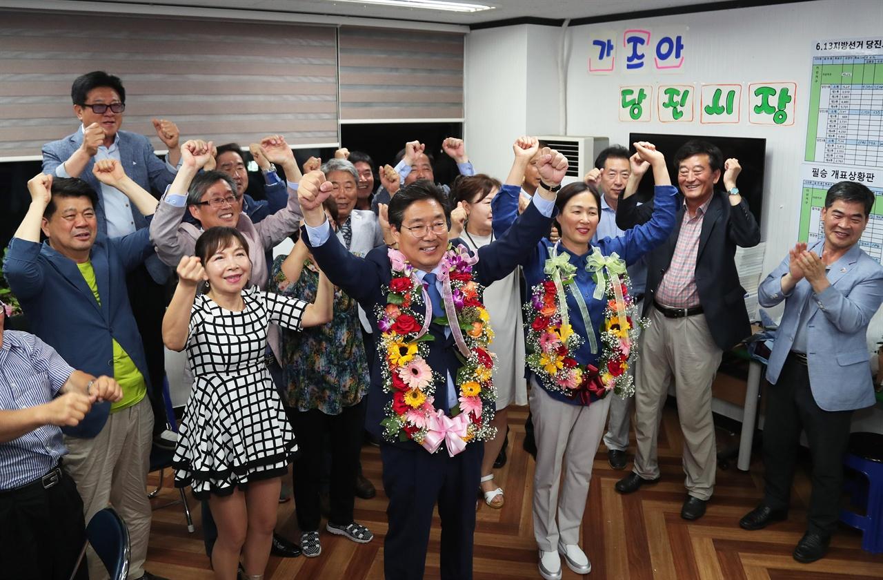 당선이 확정된 후 김홍장 캠프 모습 김홍장 후보는 현직으로서 상대후보의 지난 시정에 대한 날선 비판을 뚫고 당선됐다.