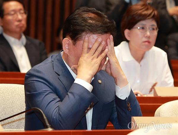 얼굴 감싼 민경욱 의원 자유한국당 민경욱 의원이 15일 오후 국회 예결위회의장에서 열린 6.13지방선거 참패 대책마련을 위한 비상의총에서 두 손으로 얼굴을 감싸고 있다.