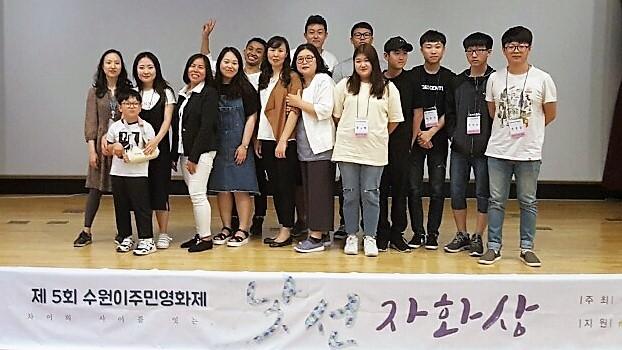 수원이주민영화제 <청소년색션> 상영후의 기념촬영. 좌측 두번째가 김옥 양이다.