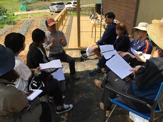 윤석원 교수가 그늘막에서 귀농 체험담을 들려주고 있다.