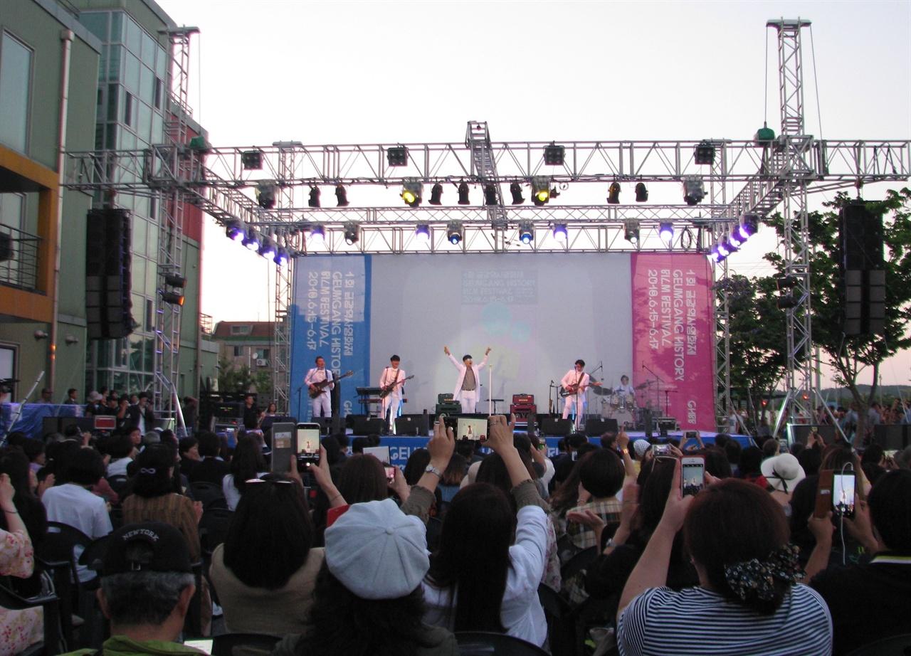 15일 충남 서천에서 열린 1회 금각역사영화제 개막식에서 가수 이승환이 축하공연을 하고 있다.
