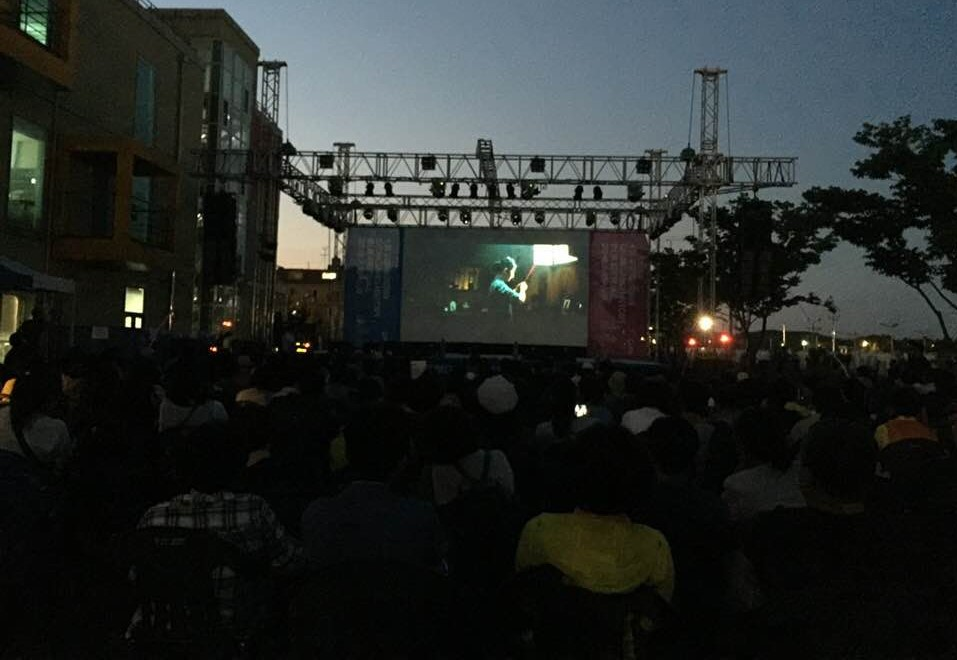 지난 15일 금강역사영화제 개막작 언더파이어를 관람하고 있는 관객들