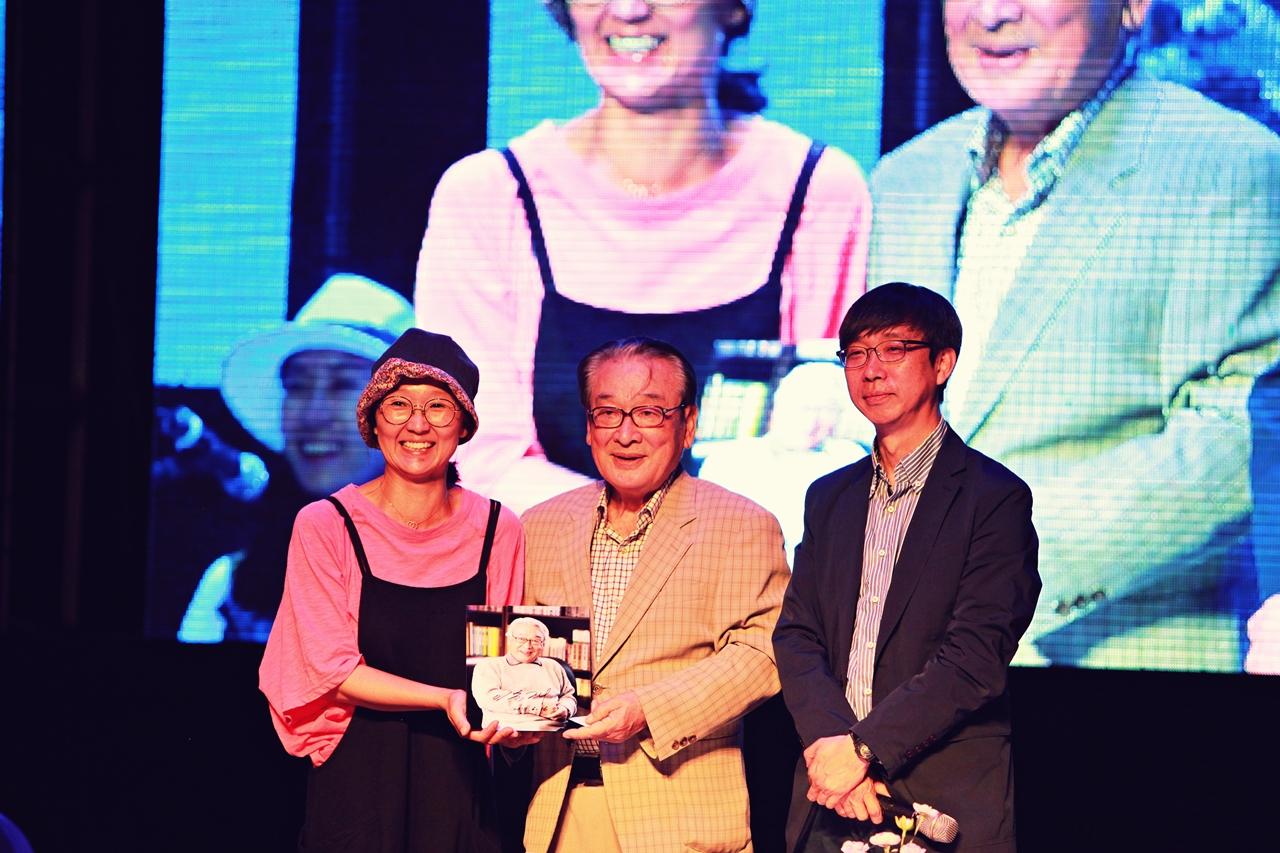 성장순 기획실장, 이순재, 김상렬 교수가 함께 사진을 들고 기념사진을 찍고 있다.