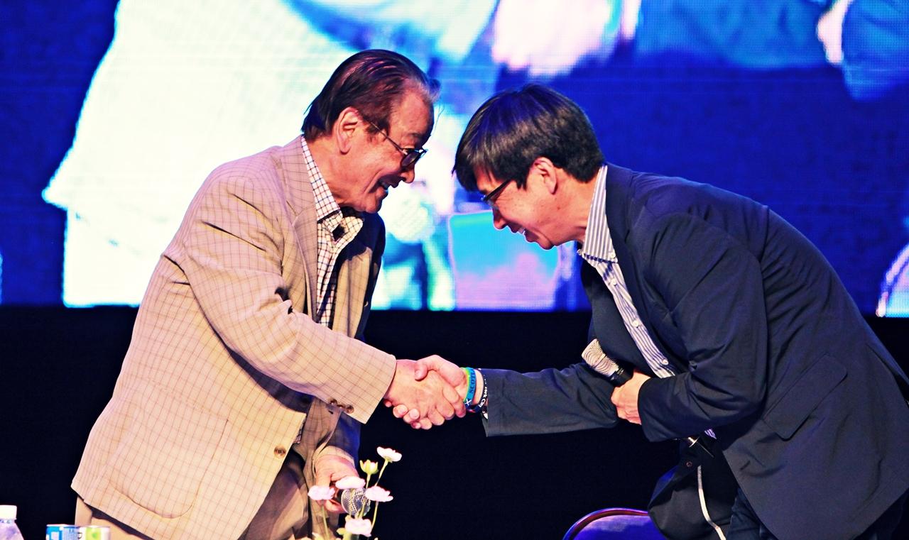 토크 콘서트가 끝난 후 이순재가 사회를 맡은 대전대 김상열 교수와 악수를 나누고 있다.