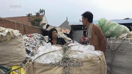 플라스틱 폐기물 재활용 공장 노동자 펭(왼쪽)에게 욕설을 퍼부으며 폭력을 행사하는 사장 쿤. 둘은 4년간 동고동락한 사이지만, 열악한 환경에서 열심히 일해도 나아지지 않는 현실에 갈등을 빚는다.