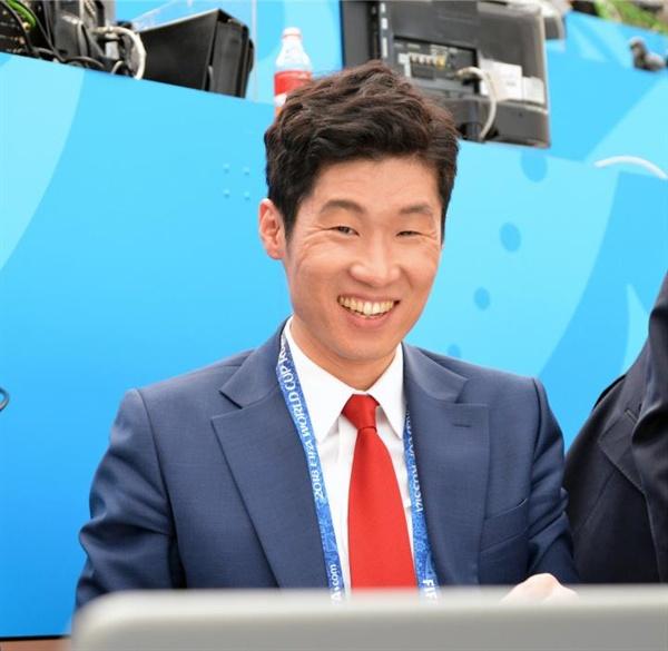 독일-멕시코전 해설하는 박지성 박지성 해설위원이 18일 러시아 모스크바 루즈니키 스타디움에서 열린 2018 러시아월드컵 독일과 멕시코의 경기를 앞두고 중계석에서 모니터하고 있다. 2018.6.18