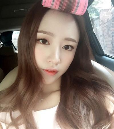 걸그룹 EXID 멤버 하니가 SNS 올린 사진. 앞머리에 헤어롤을 말고 있다.