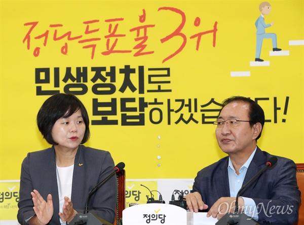 정의당 이정미 대표와 노회찬 원내대표가 18일 오전 서울 여의도 국회에서 열린 상무위원회의에 참석하고 있다.