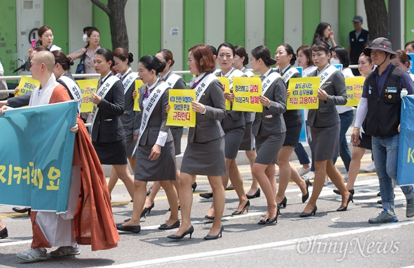 KTX해고승무원들이 해고 전 착용 했던 정복을 입고 18일 오전 서울역을 출발해 청와대를 향해 행진하며 해고 승무원 전원 복직과 승무업무 직접고용을 촉구하고 있다.