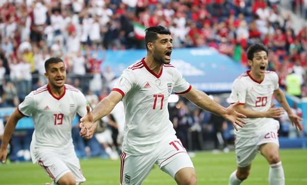 '이렇게 극적일수가' 15일 오후(현지시간) 러시아 상트페테르부르크 스타디움에서 열린 2018 러시아 월드컵 B조 예선 모로코 대 이란의 경기. 모로코의 아지즈 부아두즈의 자책골이 터지자, 이란 선수들이 환호하고 있다.