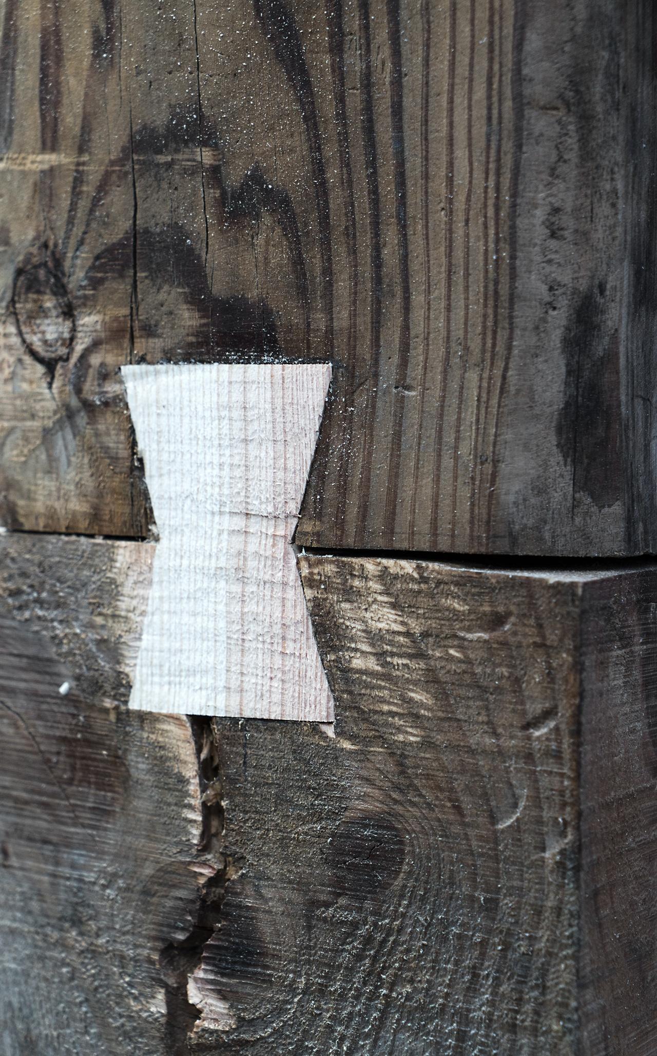 밑둥이 썩은 기둥은 새 나무를 밑에 대고 저렇게 나무로 연결한다. 저렇게 붙여놓으면 한몸이 된단다. 볼 때마다 신기하다.