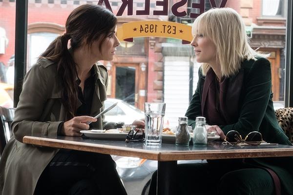 영화 <오션스8>의 스틸컷. 사기극을 주도하는 데비(샌드라 불럭)와 루(케이트 블란쳇)의 앙상블은 영화에서 가장 돋보이는 요소 중 하나다.