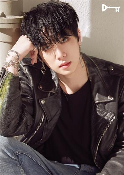 김동한 JBJ 출신 김동한이 미니앨범 < D-DAY >를 발매하고 솔로로 데뷔했다. 타이틀곡은 'SUNSET( 선셋)'이다.