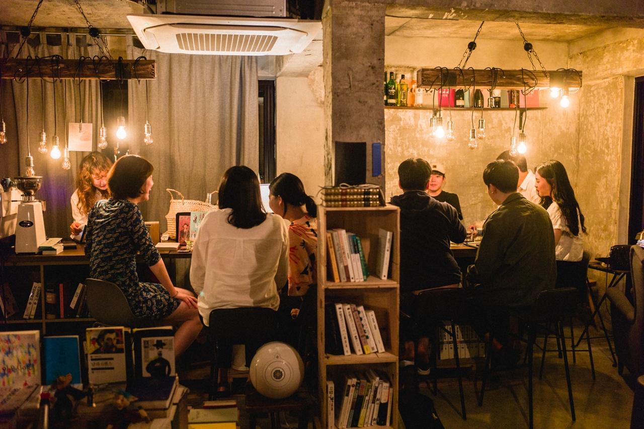 책 읽는 술집 서울 성산동 <낮섬>