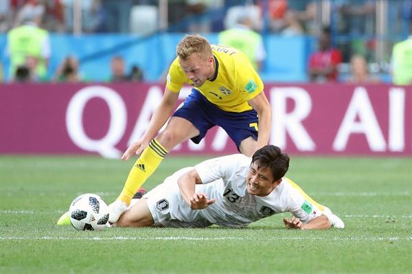 넘어지는 구자철 18일(현지시간) 러시아 니즈니 노브고로드 스타디움에서 열린 2018 러시아 월드컵 F조 조별리그 1차전 대한민국과 스웨덴의 경기. 구자철이 세바스티안 라르손과 공을 다투다 넘어지고 있다.