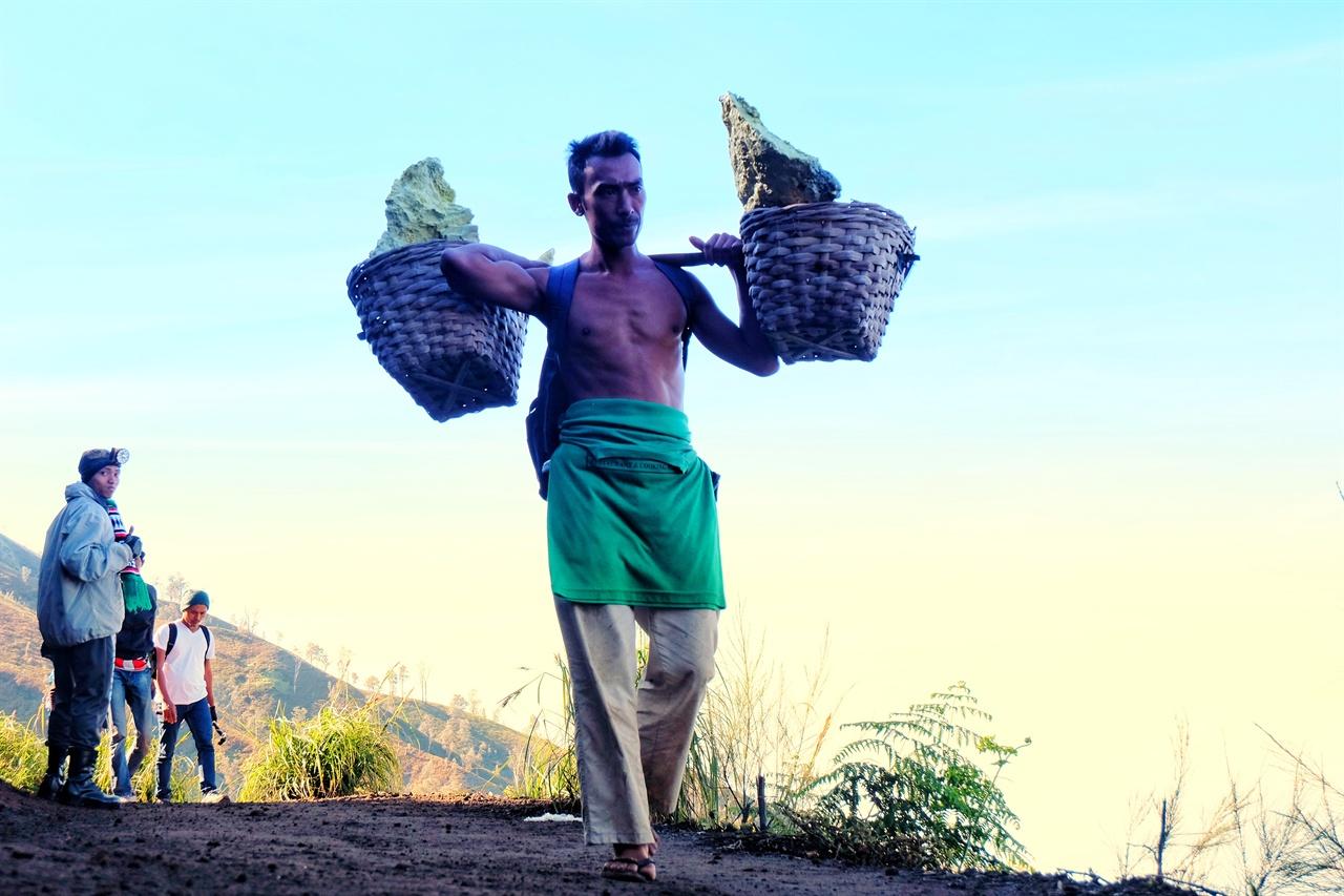 70kg 유황을 어깨에 짊어지고 하루에 산을 두세 번 오르는 광부.