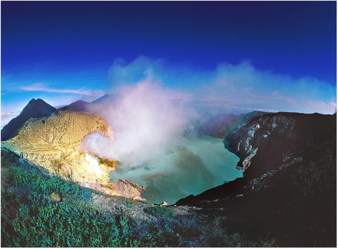 이젠 화산의 터키옥색 산성호수와 유황가스.