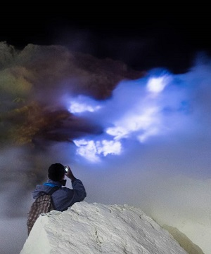 짙은 유황 연기 사이로 블루 파이어가 위용을 뽐낸다.