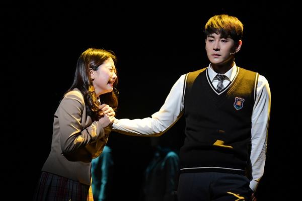 지난 20일 오후 세종문화회관 M씨어터에서 뮤지컬 <번지점프를 하다>의 프레스콜이 열렸다. 배우 이지민, 최우혁이 하이라이트 장면을 시연하고 있다.