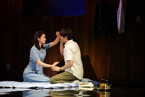 지난 20일 오후 세종문화회관 M씨어터에서 뮤지컬 <번지점프를 하다>의 프레스콜이 열렸다. 배우 임강희, 이지훈이 하이라이트 장면을 시연하고 있다.